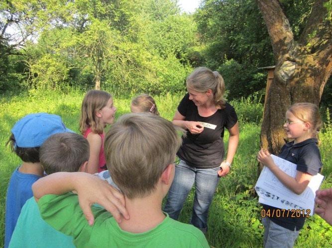 Ellen Görtz spielt mit den Kindern der neu gegründeten NAJU-Gruppe in Wolfenbüttel ein Spiel zum Abschluss des zweiten gemeinsamen Treffens im Bund Garten.