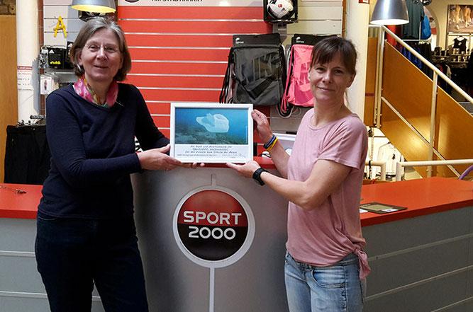 Cornelia Schilling vom NABU und Nadja Frick von Sport 2000 in Wolfenbüttel.