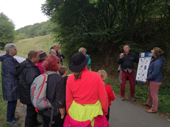 Gunter Volk und die Teilnehmer der Fledermaus-Exkursion