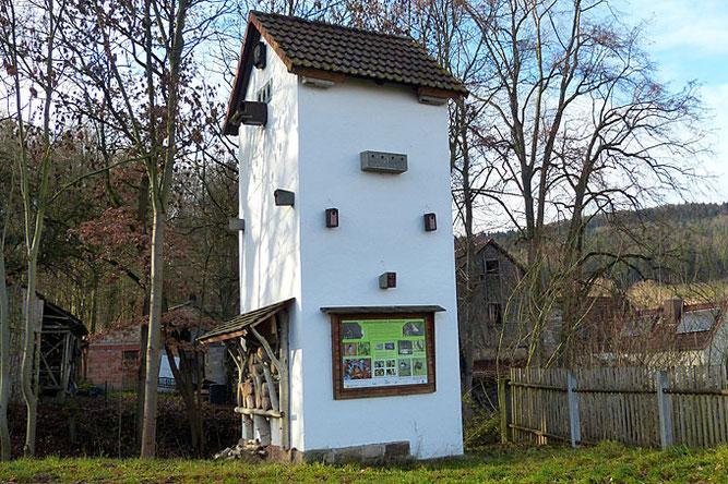 Artenschutzturm in Schmerfeld mit Nisthilfen, Insektenhotel und Infotafel. Foto: NABU Ilmkreis