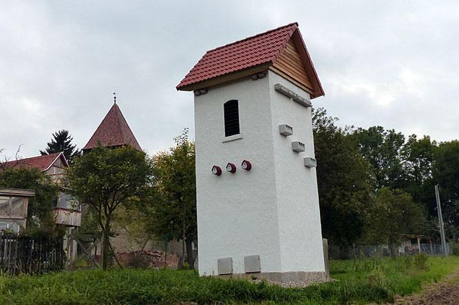 In Espenfeld bei Arnstadt hat der NABU Ilmkreis ein ehemaliges Trafohäuschen käuflich erworben. Die Herrichtung als Artenschutzturm erfolgte im Zuge einer Ausgleichs- und Ersatzmaßnahme für die 380 kV-Leitungstrasse durch den Ilm-Kreis. Foto NABU Ilmkreis