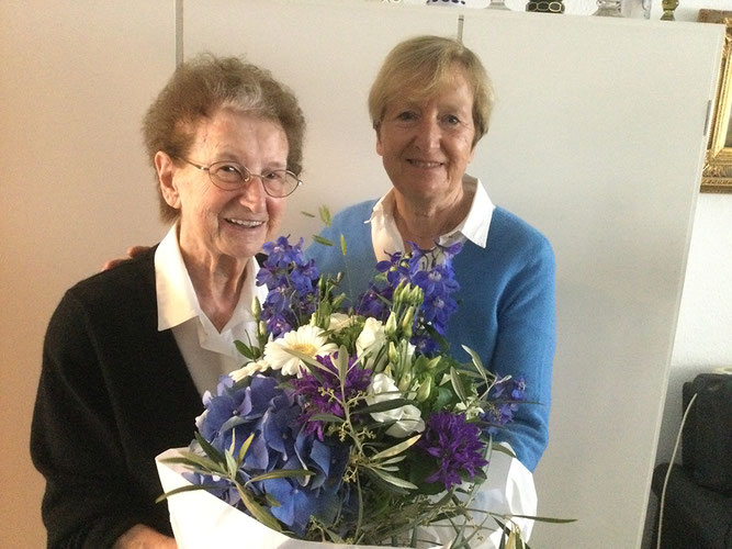 Schatzmeisterin Monika Neubauer gratuliert Francisca Linau