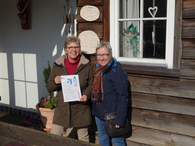 Ingrid Kleiner mit Urkunde, überreicht durch die Vorsitzende des NABU Leonberg, Elke Selig