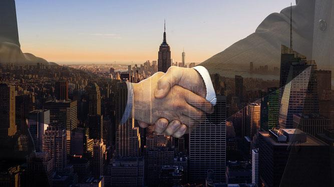 スーツの人の握手画像