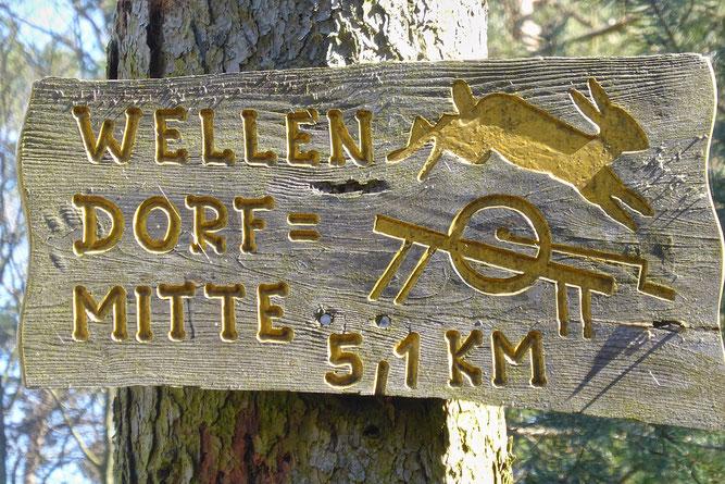 """Nach einem Berg im Wald werden die Wellener """"Schleifsteinhasen"""" genannt. Den Wegweiser hat Willi Müller aus Wellen (verstorben) angefertigt. (Foto: Wolfgang Lübcke)"""