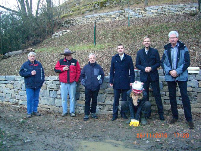 Von links nach rechts:  Gerhard Oettinger (NABU M.), Herr Arnold (Baugeschäft Arnold, Rosswag), Dr. Gastel (LRA LB),  Herr Beck-Bissinger und Herr Kussmann (KSK-Stiftung LB), Solvey Peschl (NABU M.)  und Helmut Schäfer