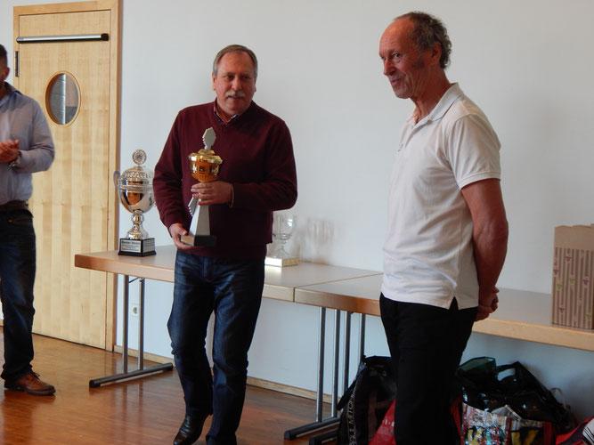 Volker Strub überreicht den Pokal an Reinhard Rhaue.