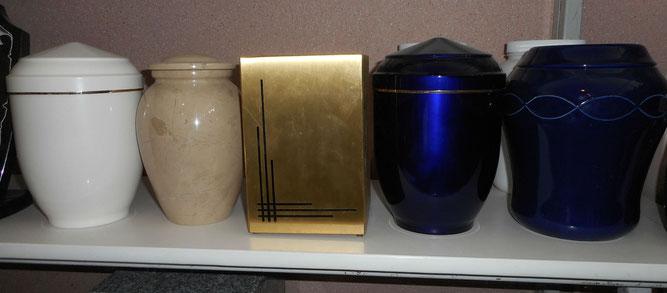 Différents modèles d'urnes funéraires