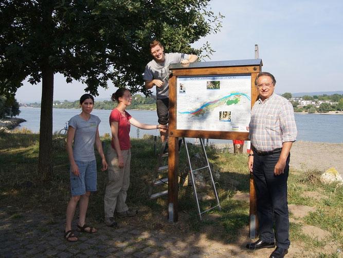 Bei der Eröffnung des Rheinauen-Lehrpfades (v.l.n.r.): Auenservice-Leiterin Irene Glatzle, FÖJ-ler Jana Gerigk und River Baaser, Bürgermeister Rainer Becker.