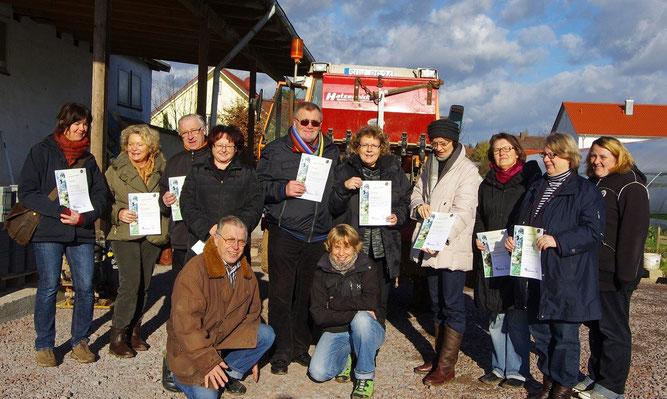 Hochbeetpaten und Erzieherinnen auf dem Biohof Gensheimer (Foto: E. Freudenmacher)