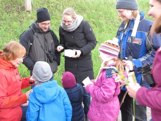 Naturkundliche Familienführung mit Elsbeth Hege (links) in Ilsfeld-Auenstein.  (Foto: NABU/ Volker Koehler)