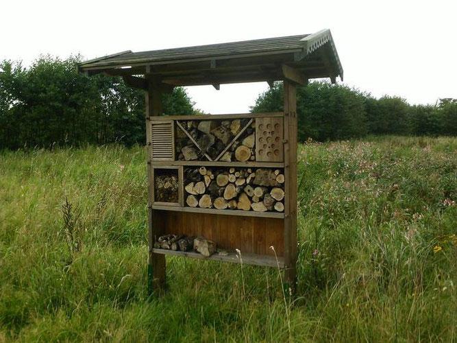 Insektenhaus am Weg Beeksfelde in Appen, aufgestellt vom NABU Pinneberg in 2011