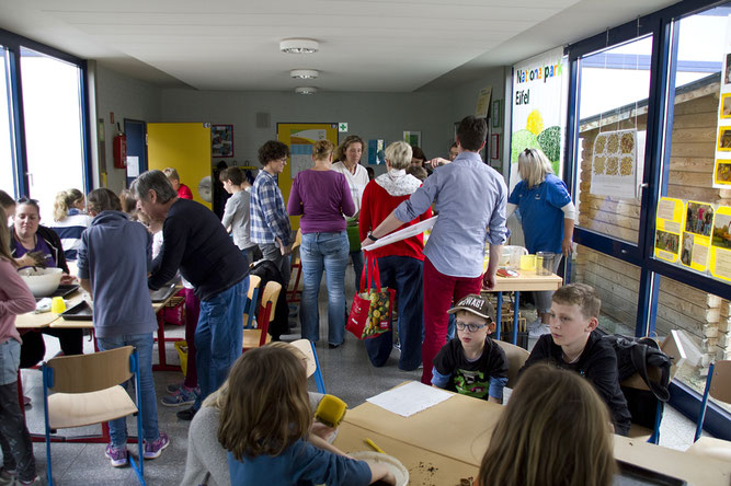 Abfüllstation  des Samenbomben Materials Foto: NABU/Günter Lessenich
