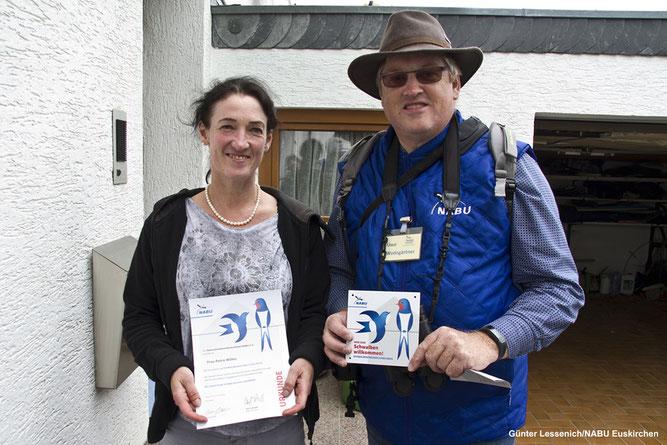 """Foto: Uwe Wedegärtner zeichnet Frau Petra Wilms aus Sistig mit der Plakette und Urkunde zum  """"Schwalbenfreundlichen Haus"""" aus."""