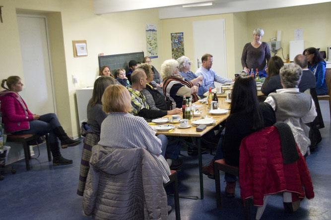 Tanja Burggraf-Kühl begrüßt die zahlreichen Helfer und interessierte Gäste.   Foto NABU/Günter Lessenich