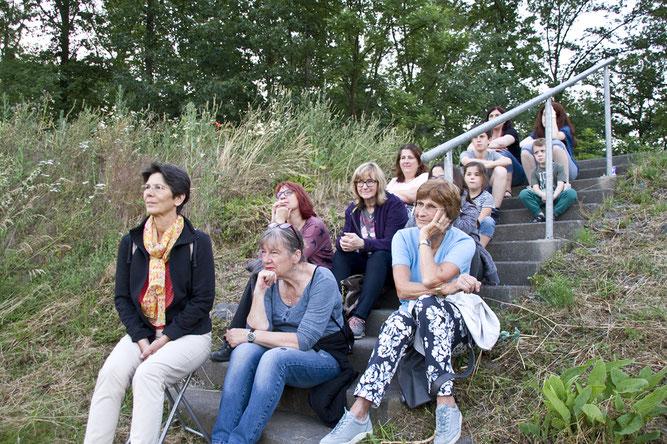 Mit viel Spannung, horchen die Teilnehmer der Märchenerzählerin Ellen Wortmann zu.  Foto: NABU/Günter Lessenich