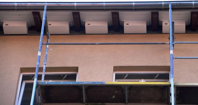 Ein Fachmann montiert unsere Mauersegler-Nistkästen per Hebebühne, Foto: Dieter Goy
