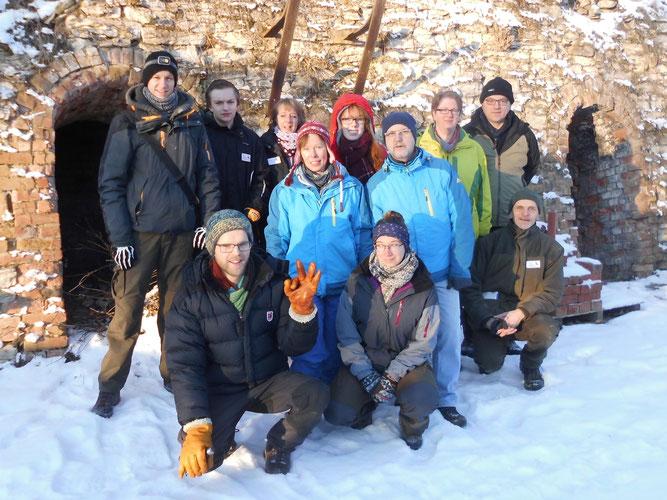 Gruppenfoto vor einem Ziegeleiringofen, Foto: Karsten Passior
