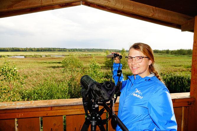 """Rebecca Kain (NABU RV Mittleres Mecklenburg e.V.) lässt ihren Blick über das Naturschutzgebiet """"Radelsee"""" schweifen"""