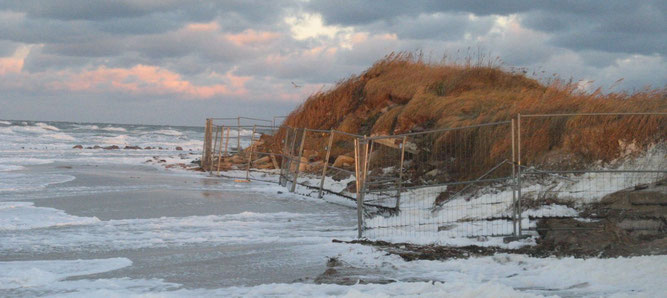 Wellen erreichen den Schuttberg im NSG Riedensee