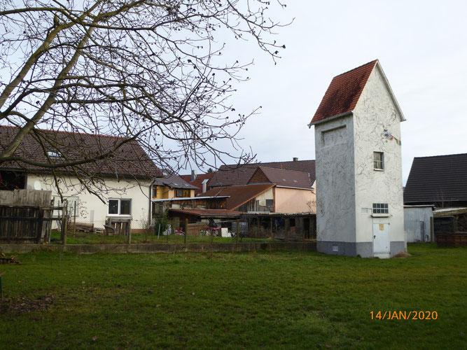 Vogelhaus vorher: So sieht der Umspannturm zurzeit noch aus.      Quelle: NABU Bretten