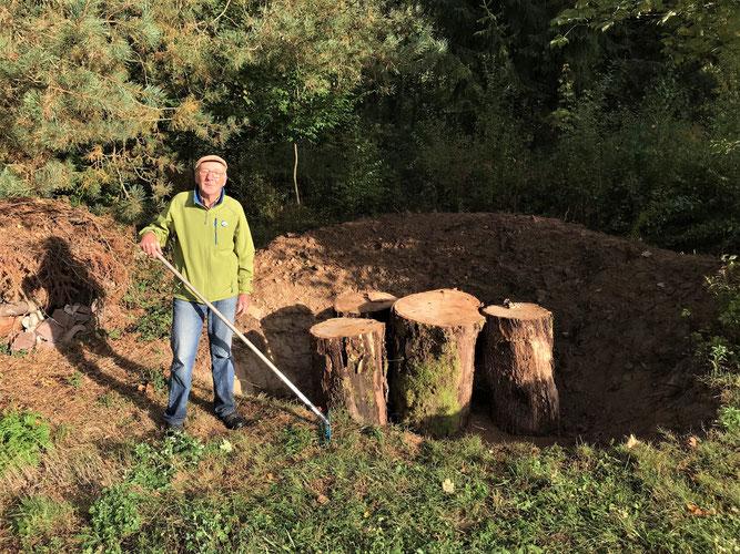 Geschafft: Gerhard Fritz, der vor seinem Hirschkäferbrutplatz Bild: Irmeli Thienes
