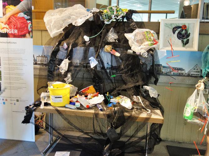 """Ein Querschnitt des im Experiment gesammelten Plastikmülls wird hier als """"Plastikflutwelle"""" ausgestellt"""