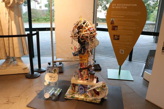 """Das ist es, unser Kunstwerk aus dem gesammelten Müll des Experiments mit dem passenden Arbeitstitel: """"Planet Plastikmüll"""" - so könnte man sich die Erde vorstellen, wenn wir so weitermachen wie bisher und bedenkenlos Plastik verbrauchen."""