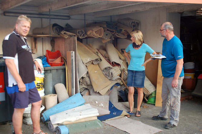 Jochen Wempe (links) und seine Frau Karin zeigen Georg Radlanski vom NABU das Lager mit alten Teppichen, in dem die Gemeine Wespe Quartier bezogen hat