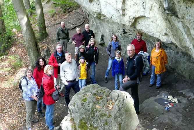 Die Teilnehmer und Exkursionsleiter vor dem steilen Aufstieg zur Rothesteinhöhle im Ith. (Foto: Reschke)