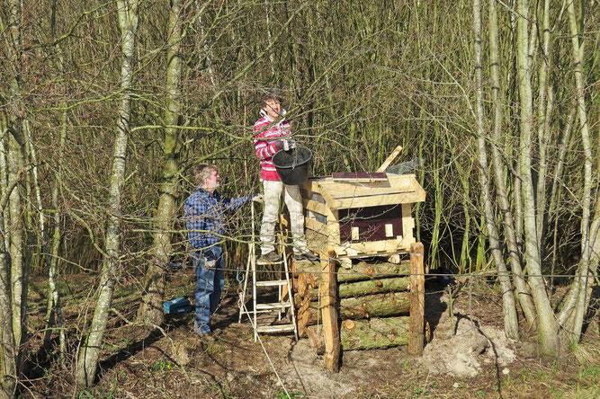 Seilbahn zur Renovierung der Eisvogelkästen - Foto: NABU Sulingen