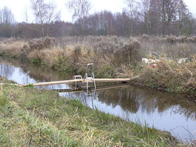 Provisorische Brücke zum ersten Aufbau der Eisvogelkästen bei Hochwasser - Foto; NABU Sulingen