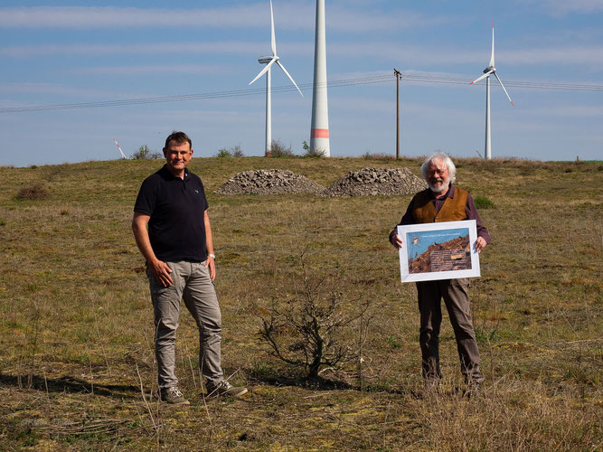 Simon Kopmann mit dem 2. Vorsitzenden des NABU Sulingen Konrad Wolf - Foto: NABU Sulingen/Bernhard Köstermenke