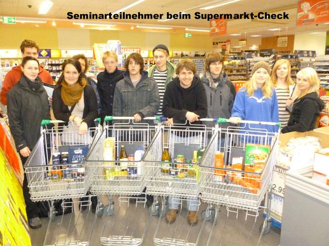 Seminarteilnehmer im Supermarkt