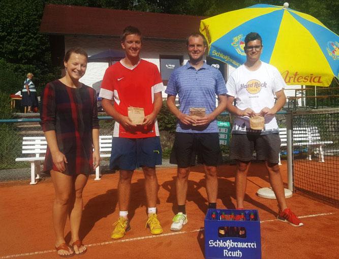 Beate Savids (Turnierleitung, l.), gratuliert Philipp Zöllner  aus Tirschenreuth (2. v.l.), Daniel Hänsch aus Kümmersbruck (2. v. r.) und Jannis  Hültner aus Tirschenreuth zu ihren Erfolgen.