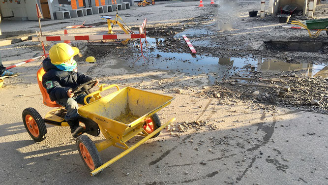 Kinder spielen auf der Baustelle