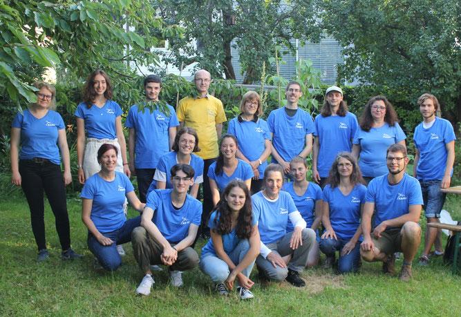 Foto: Teamer*innen der Kinder- und Jugendgruppen mit unten rechts Maria Ruland und Dominic Jahraus