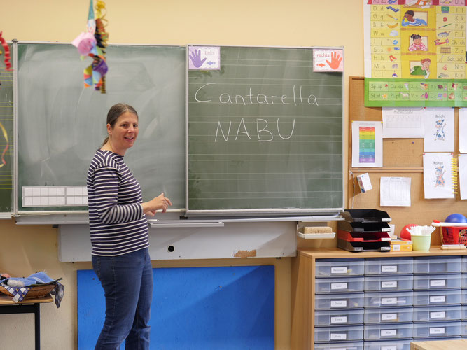 Foto: Patricia Cantarella begrüßt neugierige Schüler