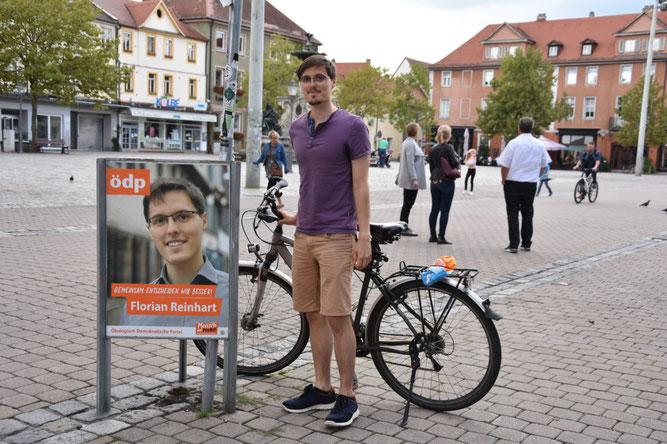 Florian Reinhart vor seinem Wahlplakat. Foto: Carla Ober