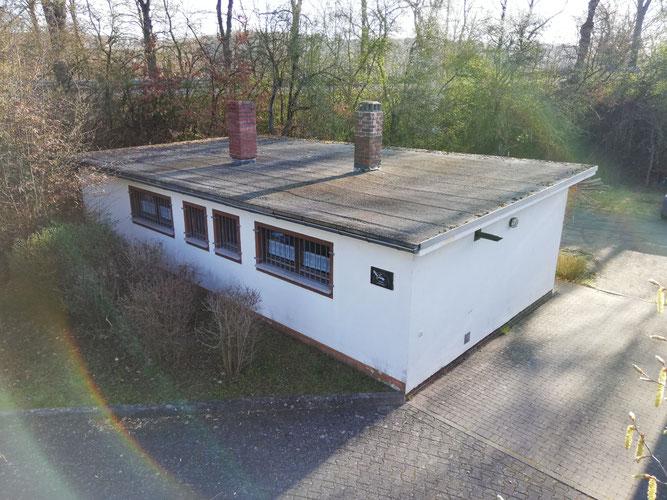 Vereinsheim vor der Erneuerung des Dachs (März 2019)
