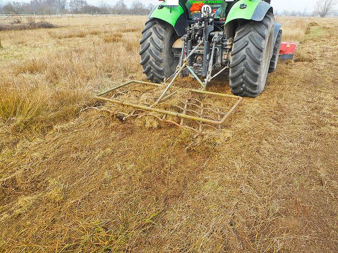 Wiesenpflege mit Großgerät. Foto (c) NABU Heidewald