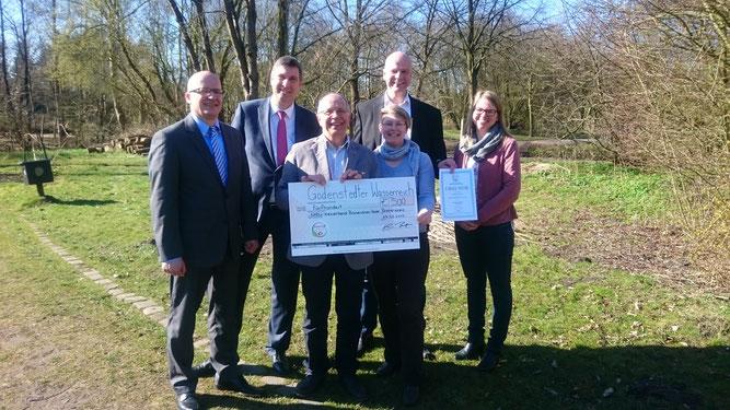 Karsten Behr (Geschäftsführer der Bingo Umweltstiftung) beglückwünschte den NABU Bremervörde-Zeven zu seinem Projekt