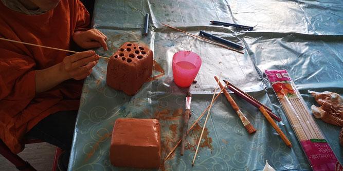 Kinder fertigen mit unterschiedlichen Hilfsmitteln Niststeine an. Foto: Helga-Leinung-Schule