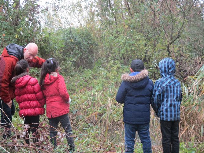 Jens Kommnick zeigt einigen Kindern die künftige Naturoase
