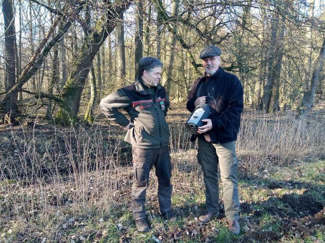 Dipl. Biologe und NABU-fledermausexperte Axel Roschen erklärt Revierförster Siegfried Rakowitz die Bedeutung von Fledermauskästen