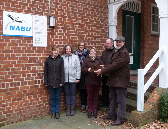 Hannah Koch, Martina Junge, NABU-Landesgeschäftsführerin Inez Schierenberg, Sarina Pils, Dr. Hans-Bert Schikora und Axel Roschen (von links). Es fehlt Sabine Meyer