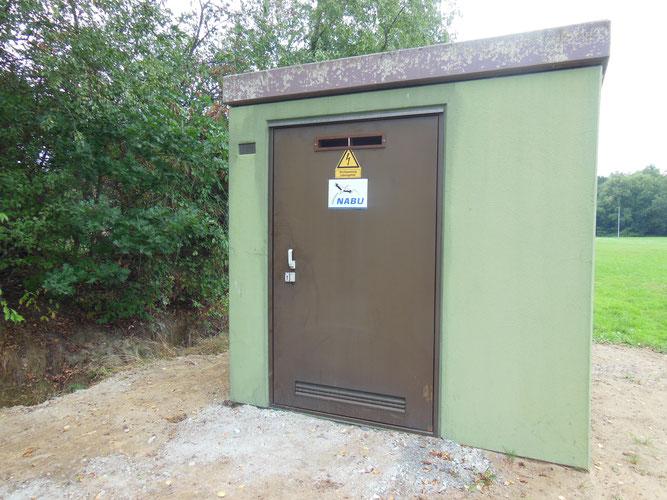 Ausgediente Trafostation wird zum Fledermausquartier ungebaut (Foto. D. Wensel)