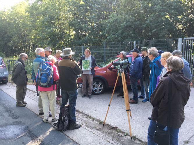Herr Pannbacker gibt erste Infos vor dem Start ins Gelände (Foto: Helmut Hanssen)