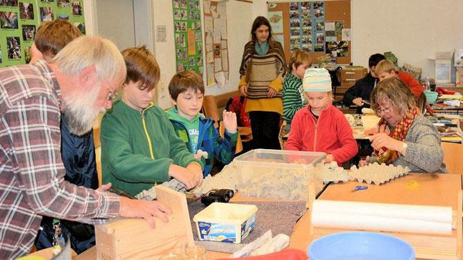 Nistkastenbau, Vorbereitung für Papierschöpfen und Wasserexperimente