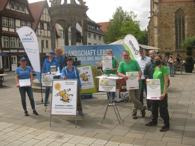 Foto (NABU): Aktive von BUND und NABU sammelten erste Unterschriften von Unterstützern auf dem Neuen Markt.  v.l.n.r.: Anja Reckeschat, Freyja u. Friedhelm Diebrok, Nele Linke, Julie Mettenbrink, Bernd Meier-Lammering
